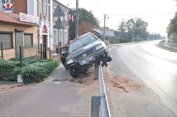 Auto zawisło na barierkach, Kurów