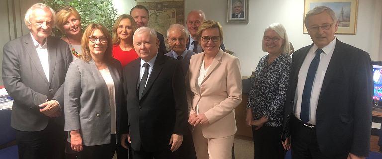 Jacek Kurski na zdjęciu z politykami PiS w wieczór wyborczy