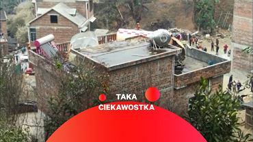 Szczątki rakiety na dachu domu na chińskiej prowincji