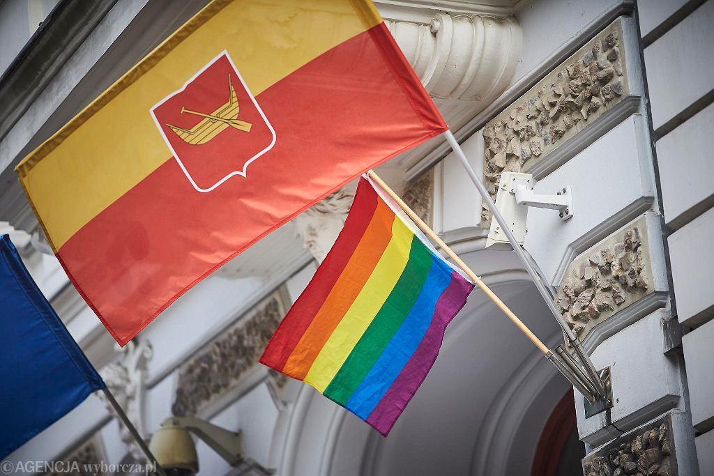 Obywatele RP wieszają flagę LGBT na budynku Urzędu Miasta Łodzi