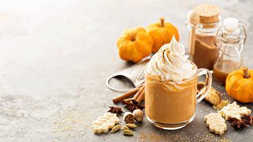 Pumpkin spice latte jest idealną propozycją na jesiennie dni. Zdjęcie ilustracyjne