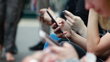telefony komórkowe (zdj. ilustracyjne)