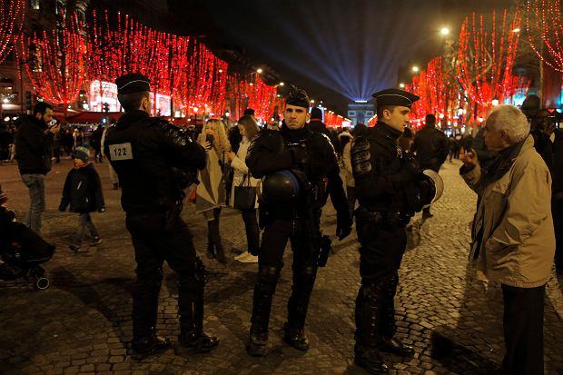 Policjanci na Polach Elizejskich w Paryżu