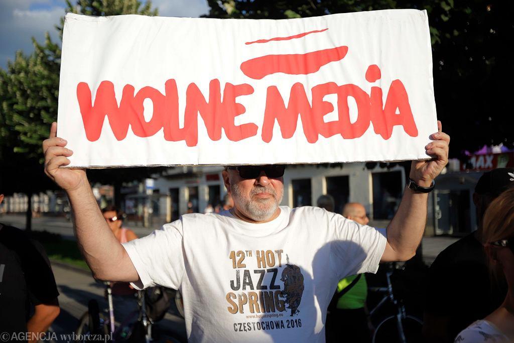 Protest w obronie TVN i wolnych mediów w Częstochowie.