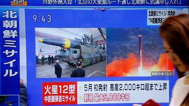 Tokio, na ekranie wiadomości na temat wystrzelenia przez Koreę Północną rakiety, która przeleciała nad Japonią