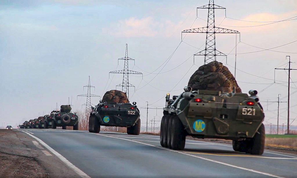 Kolumna rosyjskich transporterów opancerzonych zmierza ku Górskiemu Karabachowi