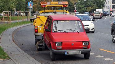 Holowanie źle zaparkowanego samochodu na Powiślu