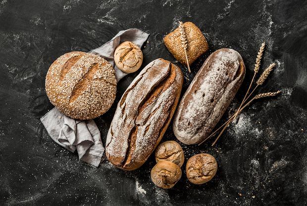 Czarny chlebak z deską do krojenia: Top 12 propozycji do każdej kuchni