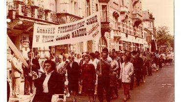Tadeusz Duszyński (pierwszy z lewej) niesie sztandar podczas demonstracji 'Solidarności' w latach 80. w Toruniu. Bronisława Duszyńska (pierwsza z prawej) z synem, autorem artykułu