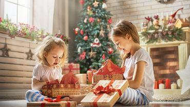 Prezent na święta dla dziecka daje wiele radości. Zdjęcie ilustracyjne