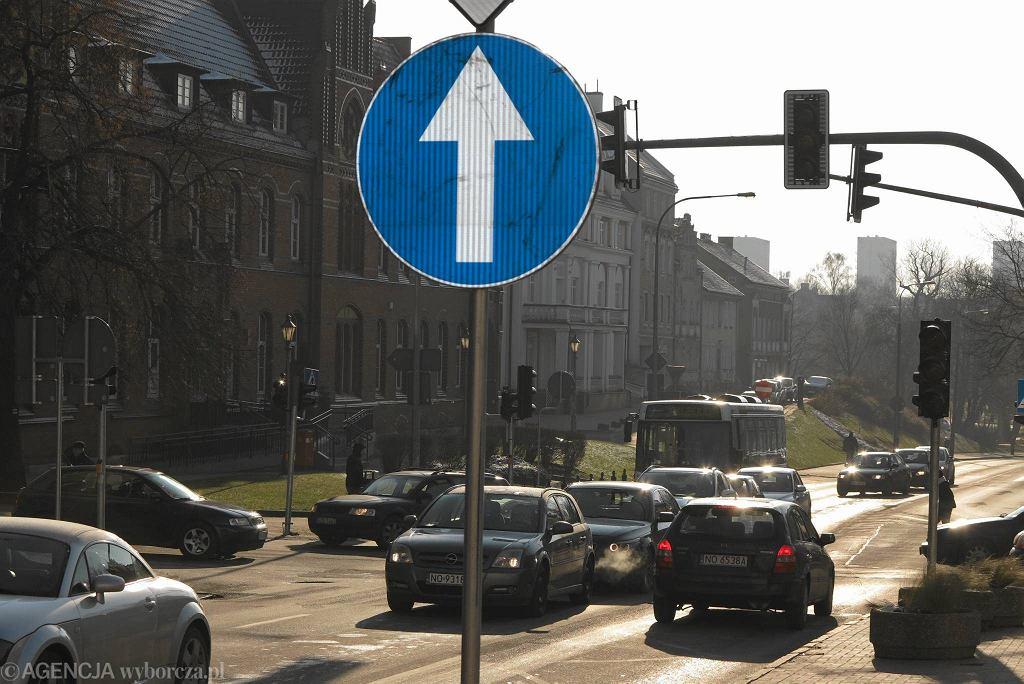 Nakaz jazdy prosto na ul. Pieniężnego w Olsztynie.
