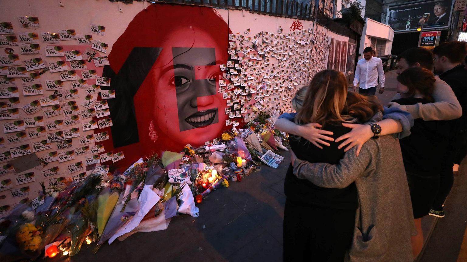 Ludzie kładą kwiaty i świece pod muralem upamiętniającym Savitę Halappanavar. Savita, której odmówiono aborcji, poroniła i zmarła na sepsę. Uznawana jest za ofiarę obowiązującego w Irlandii prawa aborcyjnego
