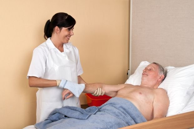 Mycie części intymnych zazwyczaj jest najtrudniejsze dla samego pacjenta i opiekuna chorego, zwłaszcza gdy czynności wykonuje nie profesjonalista, a osoba bliska
