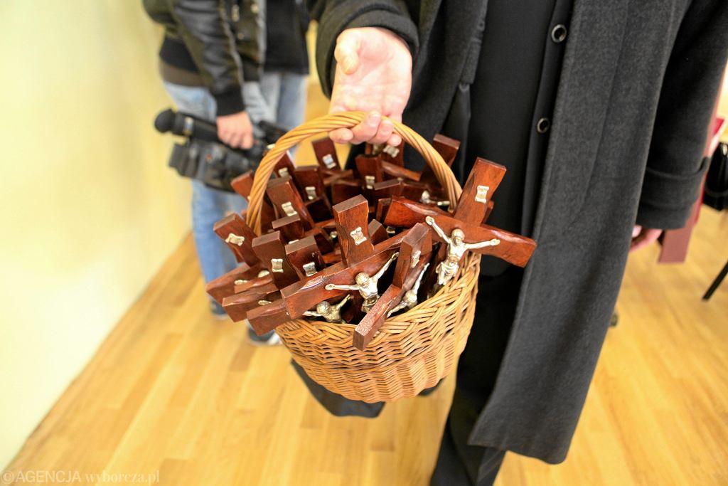 Szczecin, 21 marca 2011 r. Krzyże przeznaczone do powieszenia w klasach nowo otwartej szkoły podstawowej