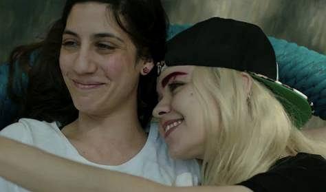 filmy młodych lesbijek