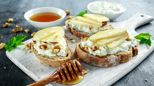 Aromatyczny twarożek z ricotty z pełnoziarnistymi tostami na słodko