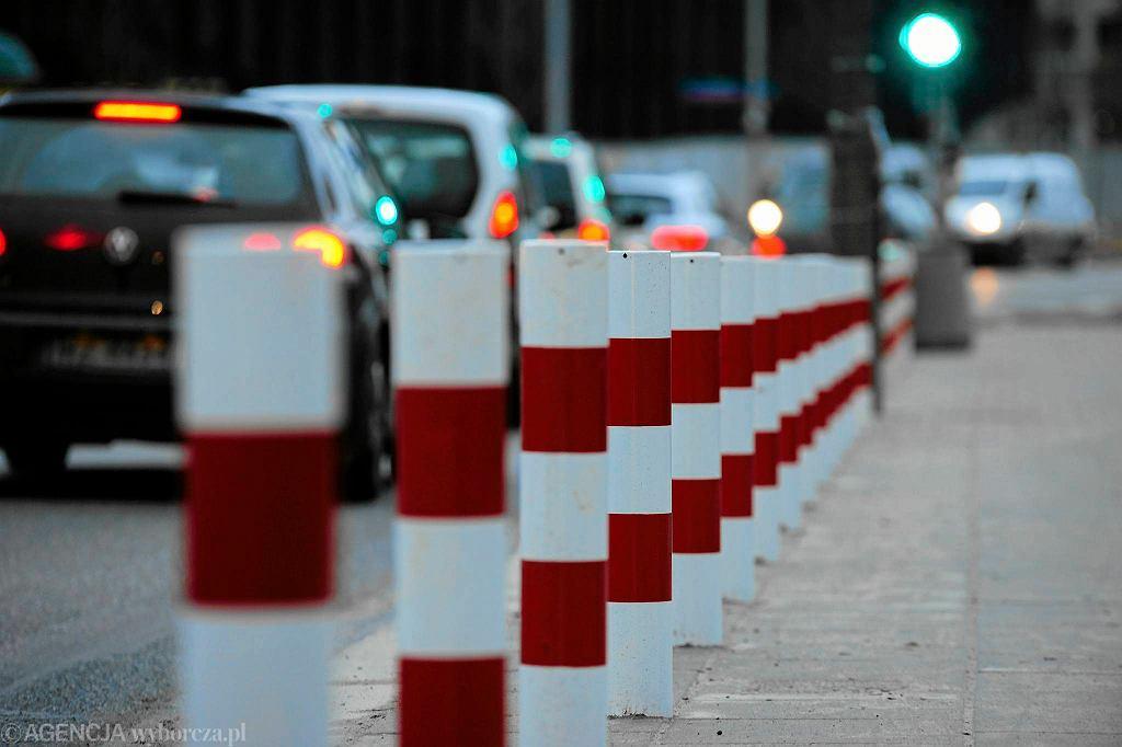 Biało-czerwone słupki wyrosły na chodniku przy Książęcej