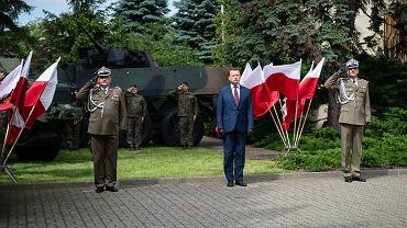 Trzej kluczowi aktorzy obecnego zamieszania w wojsku. Od lewej generał Jarosław Mika, minister Mariusz Błaszczak i generał Rajmund Andrzejczak.