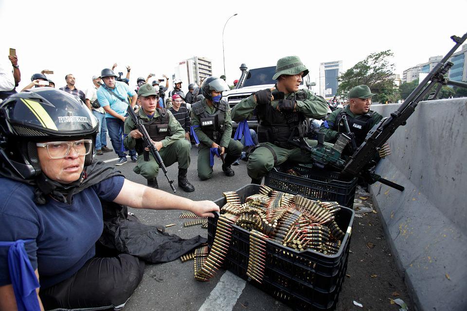 30.04.2019, Caracas, do protestujących przyłączają się zbuntowani żołnierze.