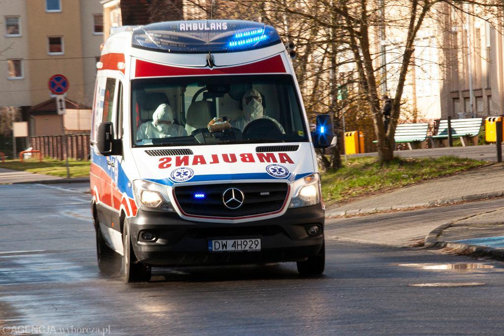 Ratownicy pogotowia na kwarantannie. Pacjent nie powiedział, że może być zarażony koronawirusem