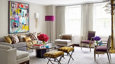 Na ścianie salonu obraz autorstwa Sally King Benedict, stolik kawowy marki Philip and Kelvin LaVerne, lampa podłogowa Karl Springer, stołki w stylu vintage marki Jansen tapetowane tkaniną marki Stark.