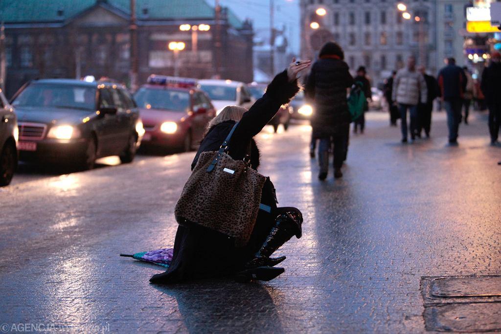 Pogoda. Zima wraca do Polski. IMGW ostrzega przed opadami śniegu i gołoledzią.