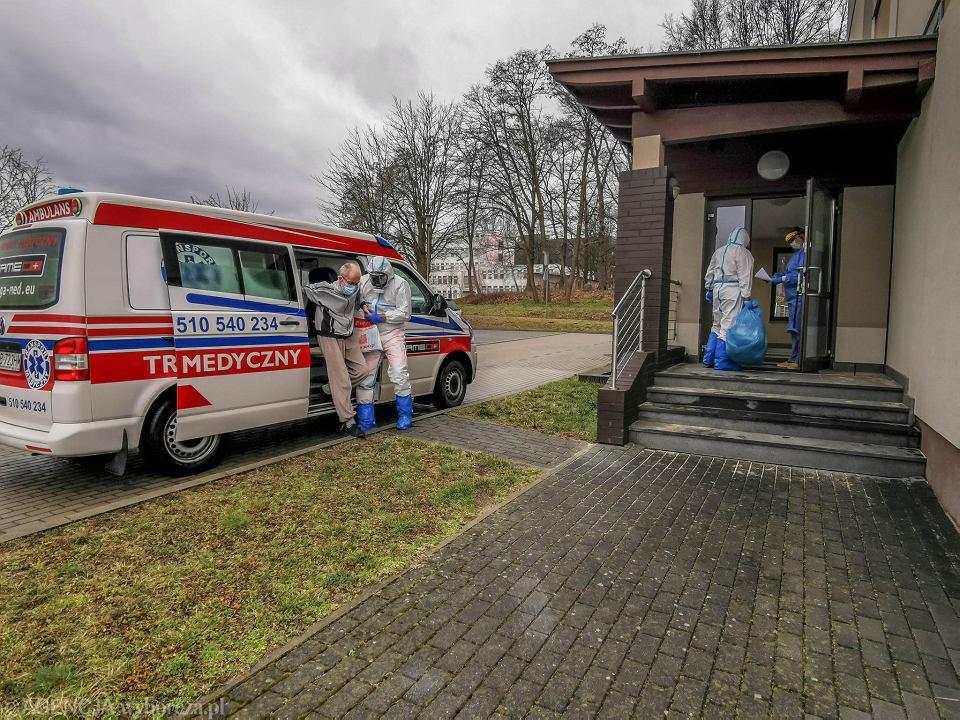 Pandemia koronawirusa. karetki przewożą chorych do izolatorium. Zielona Góra, 15 marca 2021