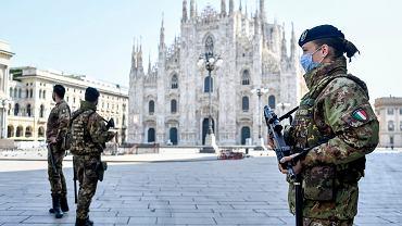 05.04.2020 Włochy, Mediolan. Żołnierze patrolujący plac przed katedrą Duomo.