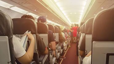 Dwuletnia dziewczynka zakrztusiła się w czasie lotu i zaczęła sinieć. Pomogła jej bohaterska stewardesa
