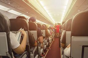 Dwuletnia dziewczynka zakrztusiła się w czasie lotu i zaczęła sinieć. Pomogła bohaterska stewardessa