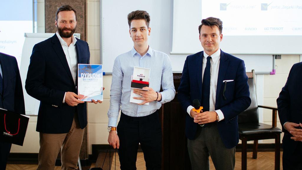 Od lewej: Maciej Kopyto z 'Zegarki i Pasja', Piotr Tatar - zwycięzca 'Matury z zegarków' i Marcin Kasprzak - redaktor naczelny 'Logo'.