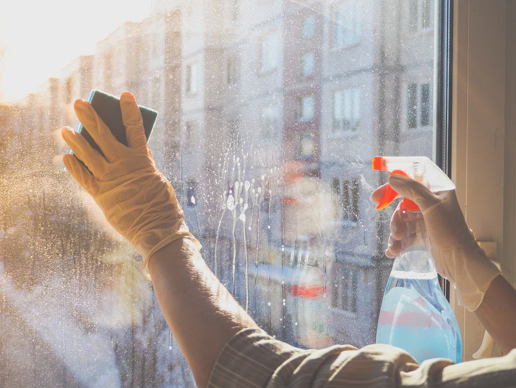 Łatwy i skuteczny sposób na mycie okien