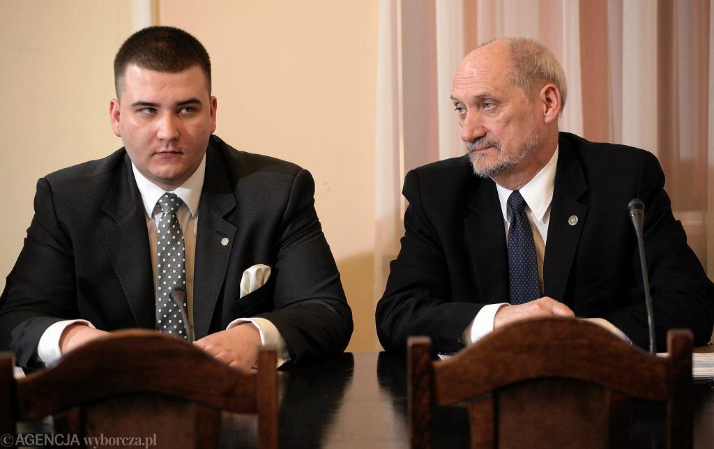 Rzecznik MON Bartłomiej Misiewicz i minister ON Antoni Macierewicz