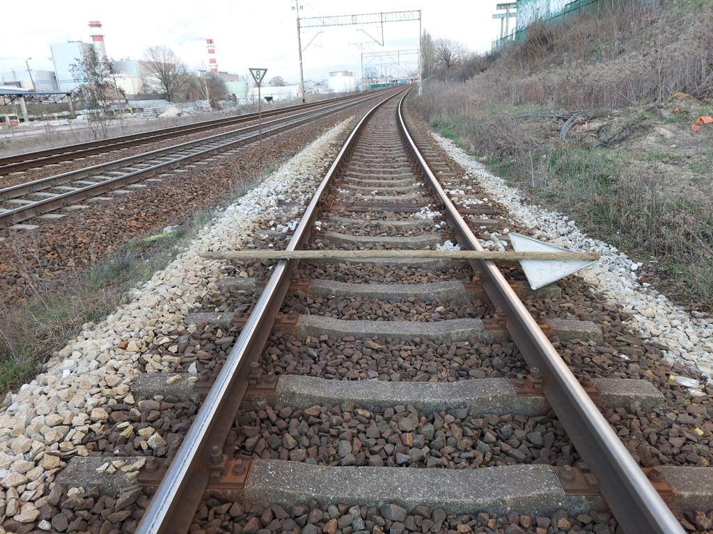 Straż Ochrony Kolei (SOK). Na tory na przedmieściach Zielonej Góry nastolatkowie rzucili znak kolejowy. Kwiecień 2021 r.