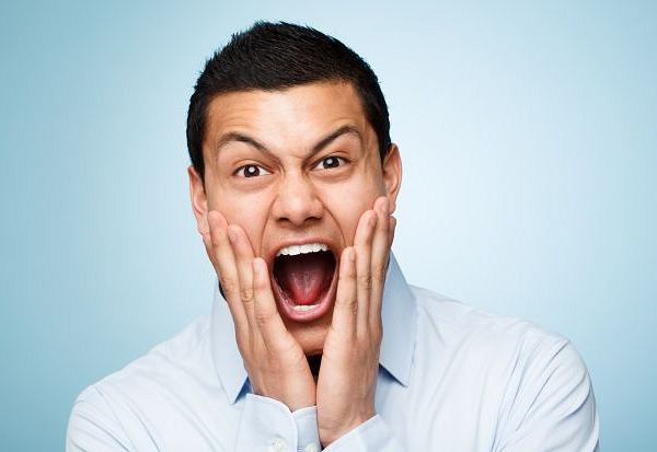 Śmiech może spowodować m.in. udar mózgu i pęknięcie serca.