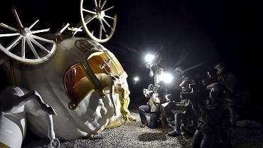Dismaland, który przez sześć tygodni będzie można zwiedzać w angielskim miasteczku Weston-super-Mare, to zbiór instalacji nawiązujących do parków rozrywki. Wśród prac znalazły się dzieła Banksy'ego, a także innych artystów sztuki współczesnej, m.in.: Damiena Hirsta, Jenny Holzer i Jimmy'ego Cauty'ego.  Duże wrażenie robi instalacja przedstawiająca jedną z charakterystycznych bohaterek animowanych baśni Disneya - tu Kopciuszek, jadąc w karocy powstałej z dyni, miała wypadek. Ofiarę i miejsce tragedii fotografują paparazzi.