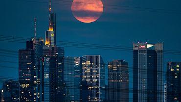 Truskawkowy Księżyc i obłoki srebrzyste zdobiły nocne niebo