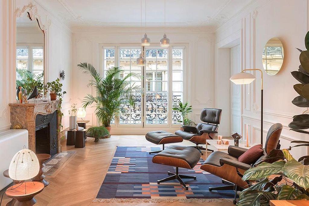 Kultowy fotel Lounge Chair & Ottoman, który stworzyło małżeństwo wybitnych amerykańskich designerów - Charles i Ray Eamesowie.