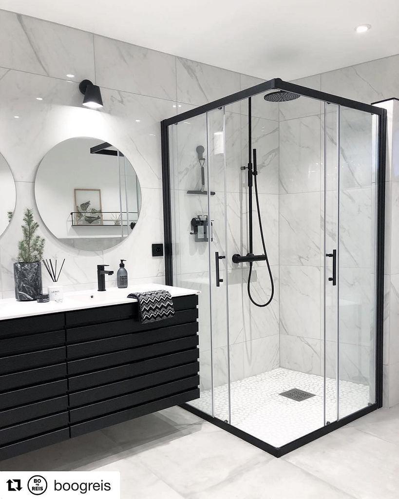 Czarna kabina prysznicowa