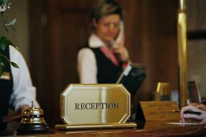 Jeśli czegoś w pokoju ci brakuje, nie krępuj się zadzwonić do recepcji, Jak zachować się w hotelu: w pokoju, Savoir vivre: jak zachować się w hotelu,