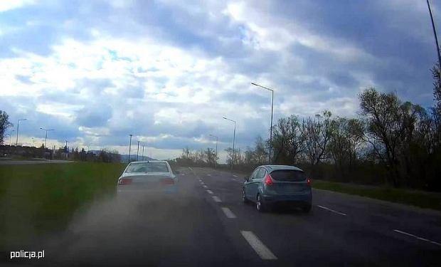 Mogło dojść do tragedii. Policjant i dwóch kierowców udaremnili dalszą podróż 59-latkowi [WIDEO]
