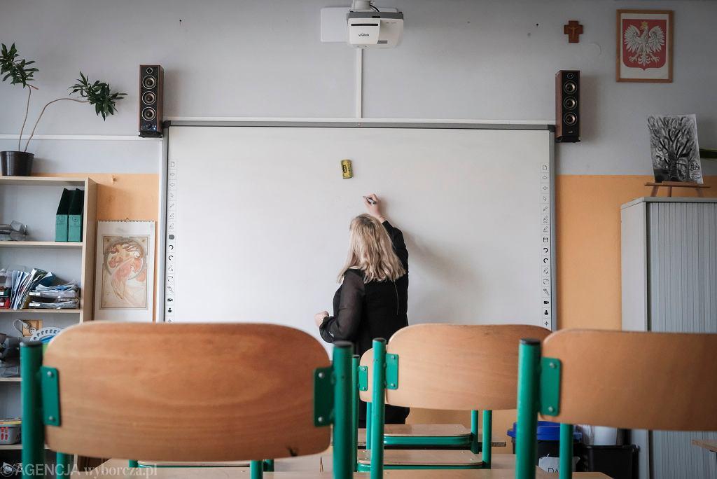 'W książce 'Najszczęśliwsze dzieci na świecie, czyli wychowanie po holendersku' pada informacja, że około 95 proc. nauczycieli jest w stanie przewidzieć wyniki swoich uczniów. Opresyjne metody takie jak sprawdziany i testy, czy przepytywanie nie są potrzebne, żeby zweryfikować wiedzę'