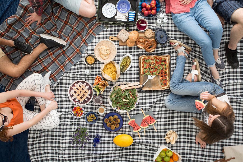 Piknik w ogrodzie.