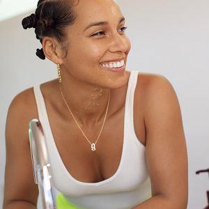 Alicia Keys do swoich kosmetyków przemyciła superfoods. Śmiało można uznać ją za jedną z pionierek naturalnego piękna wśród celebrytek. Pięć lat temu ogłosiła, że rezygnuje z make-upu.