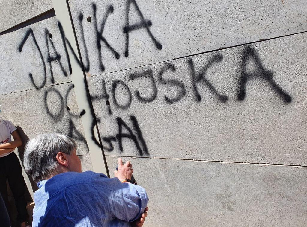 Betonowe mury powstają wokół obozów dla uchodźców w Grecji. - Jadę, żeby ten mur zburzyć - mówiła Janina Ochojska w TOK FM