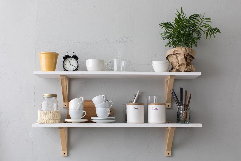 Odkryte półki wiszące kuchenne