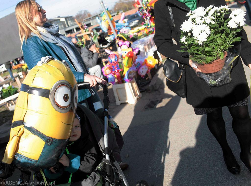 Dmuchane balony i chryzantemy - dwa symbole Wszystkich Świąt