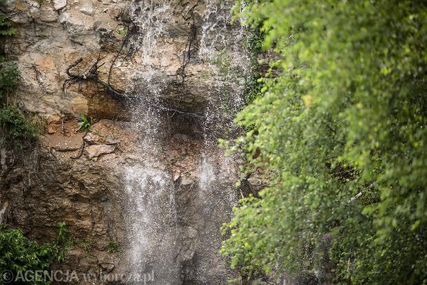 Zdjęcie numer 0 w galerii - Woda znów płynie po skałach Kadzielni, uruchomiono wodospad [ZDJĘCIA]