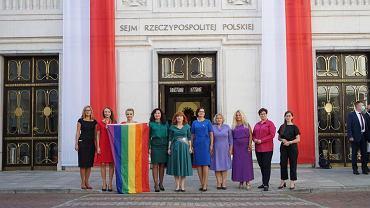Posłanki Lewicy w tęczowych ubraniach na zaprzysiężeniu prezydenta Andrzeja Dudy