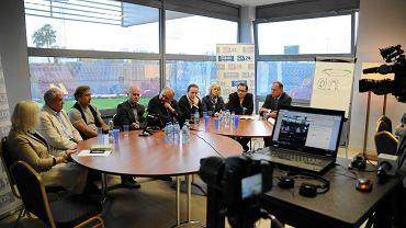 Debata o stadionie z udziałem polityków, prezesa Pogoni oraz przedstawiciela kibiców